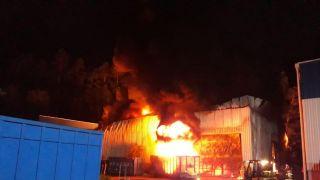 55b27477a Bombeiros de Garibaldi e Bento auxiliam em combate a incêndio em fábrica de  Feliz